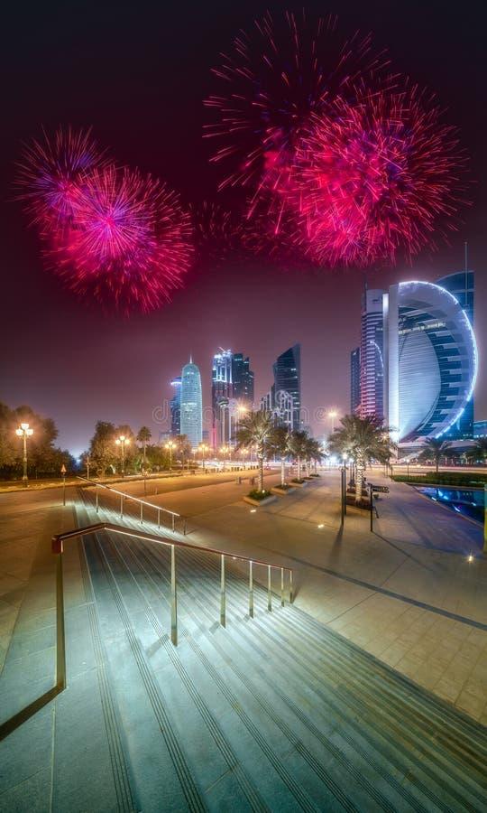 Fuegos artificiales hermosos sobre la bahía y la ciudad del oeste de Doha, Qatar foto de archivo