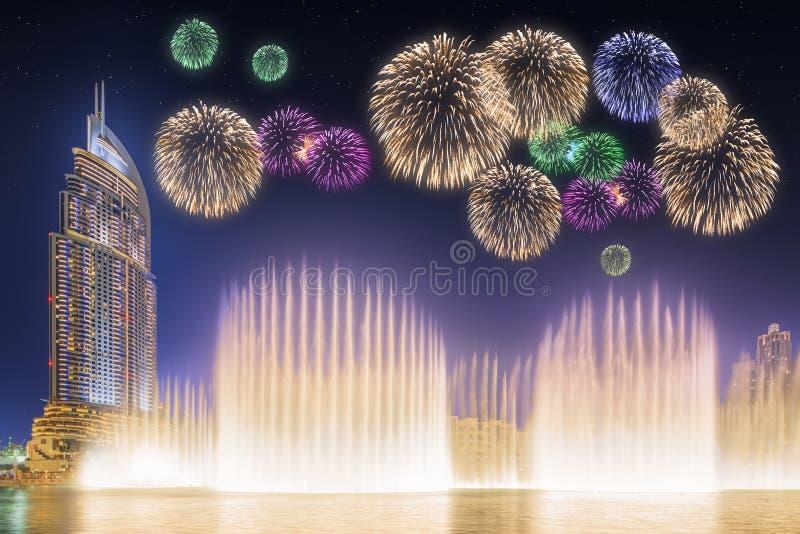Fuegos artificiales hermosos sobre la fuente Burj Khalifa del baile en Dubai, UAE fotografía de archivo libre de regalías
