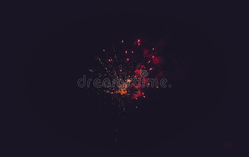 Fuegos artificiales multicolores magníficos imagen de archivo