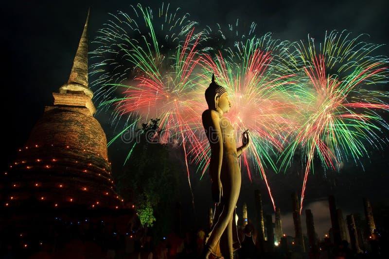 Fuegos artificiales, parque histórico Sukhothai imagen de archivo
