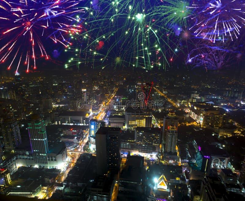 Fuegos artificiales que celebran sobre paisaje urbano en la noche bangkok fotos de archivo