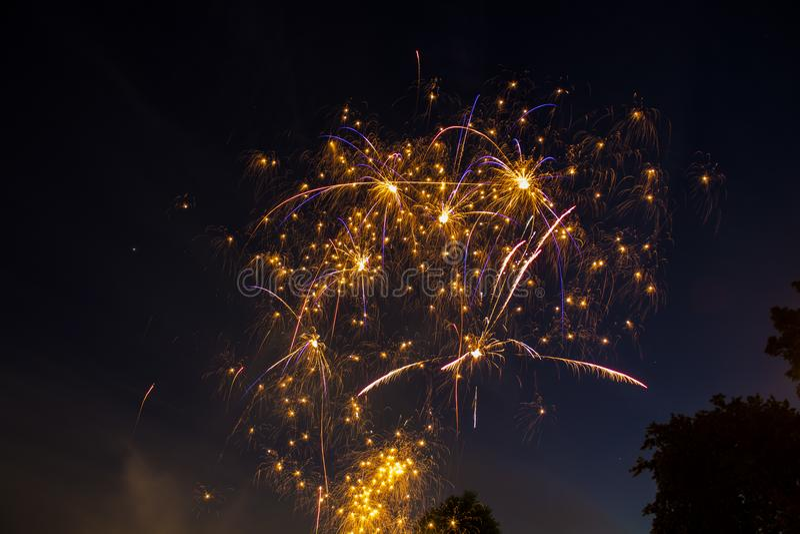 Fuegos artificiales que chispean en el cielo nocturno imagenes de archivo