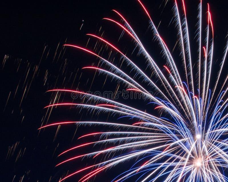 Fuegos artificiales rojos, blancos y azules fotos de archivo libres de regalías