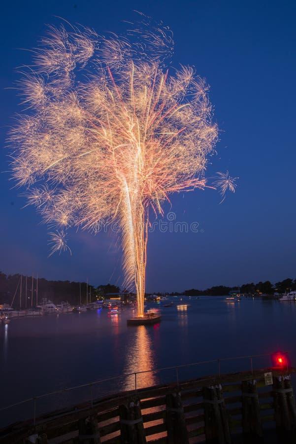 Fuegos artificiales sobre el agua fotografía de archivo