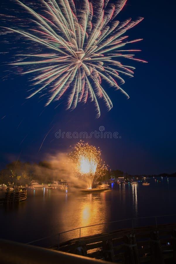 Fuegos artificiales sobre el agua fotografía de archivo libre de regalías