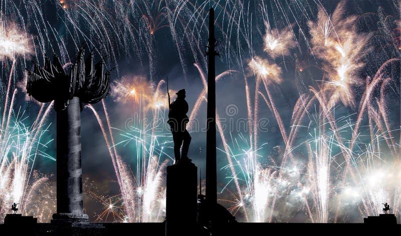 Fuegos artificiales sobre el monumento de guerra en Victory Park en la colina Gora, Mosc?, Rusia de Poklonnaya foto de archivo libre de regalías