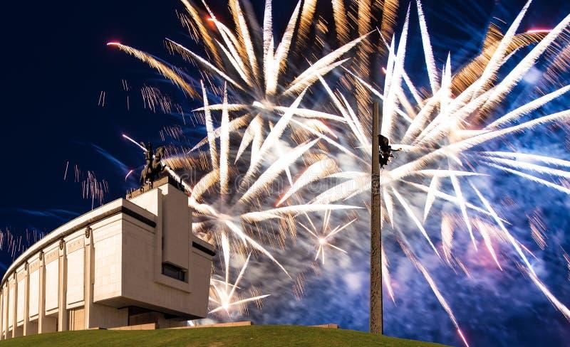 Fuegos artificiales sobre el monumento de guerra en Victory Park en la colina Gora, Mosc?, Rusia de Poklonnaya imágenes de archivo libres de regalías