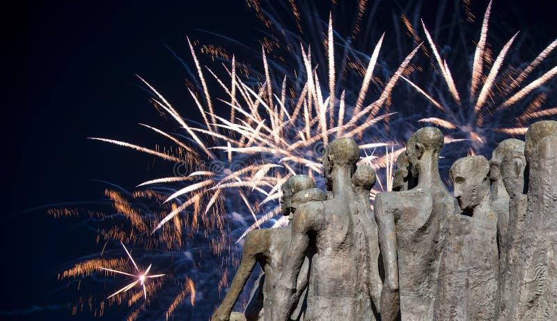 Fuegos artificiales sobre el monumento la tragedia de la gente en Victory Park en la colina Gora, Mosc?, Rusia de Poklonnaya fotografía de archivo libre de regalías