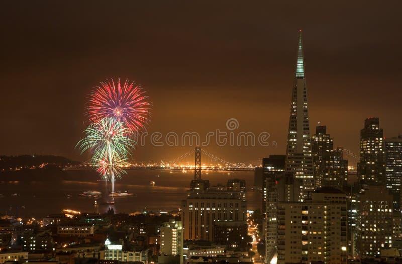 Fuegos artificiales sobre el puente de la bahía, San Francisco imágenes de archivo libres de regalías