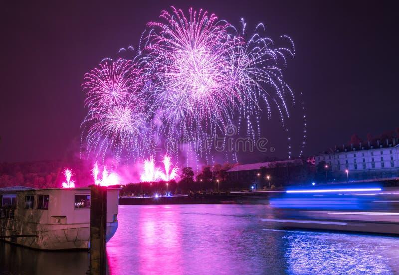 Fuegos artificiales sobre el río imagenes de archivo