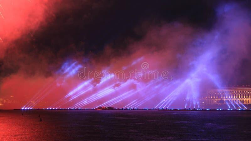 Fuegos artificiales sobre el r?o Demostraci?n brillante del laser D?a de fiesta en la ciudad foto de archivo