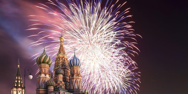 Fuegos artificiales sobre el templo de la catedral de la albahaca del santo de la albahaca la Plaza bendecida, Roja, Moscú, Rusia foto de archivo libre de regalías