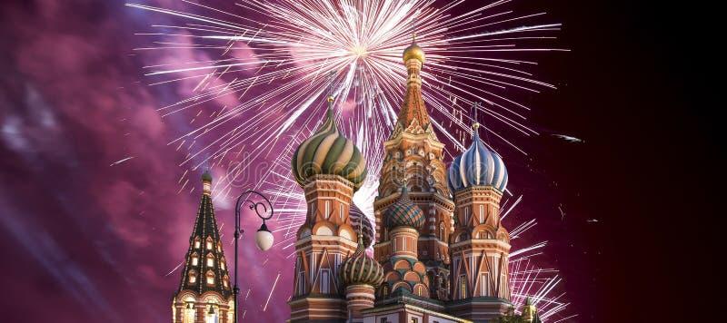 Fuegos artificiales sobre el templo de la catedral de la albahaca del santo de la albahaca la Plaza bendecida, Roja, Moscú, Rusia imagenes de archivo