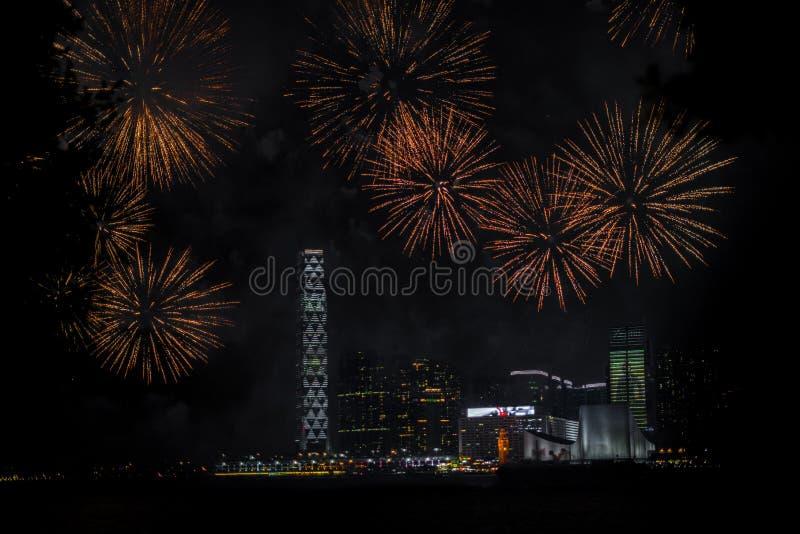 Fuegos artificiales sobre Hong Kong durante el festival de mediados de otoño imagenes de archivo