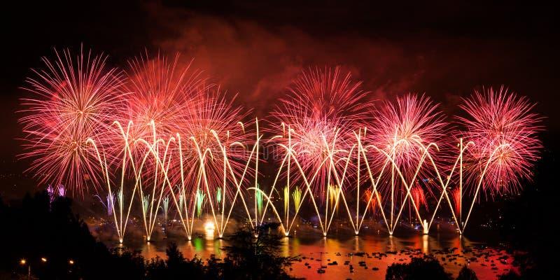 Fuegos artificiales sobre la ciudad de Annecy en Francia para el lago annecy fotos de archivo libres de regalías