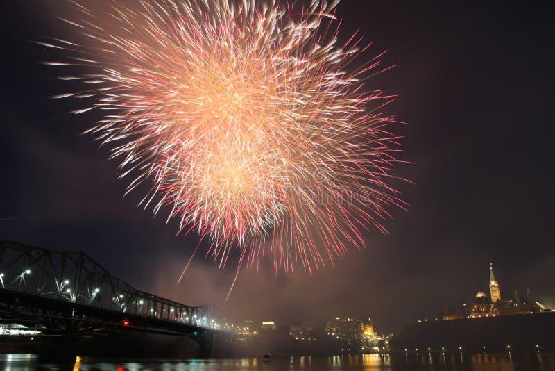 Fuegos artificiales sobre la colina del parlamento, Ottawa, Canadá imágenes de archivo libres de regalías