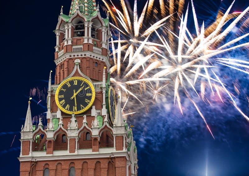 Fuegos artificiales sobre la torre de Spasskaya Moscú Kremlin, Rusia fotografía de archivo libre de regalías