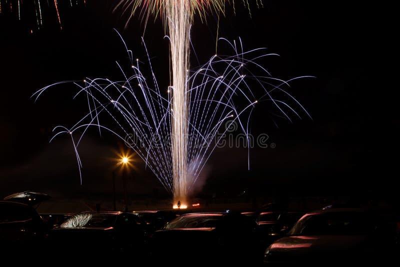 Fuegos artificiales sobre los coches imagen de archivo libre de regalías
