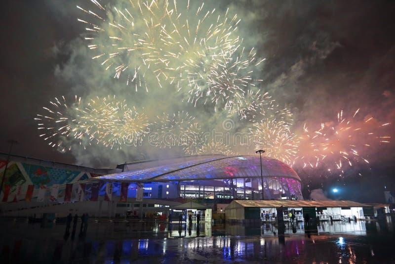 Fuegos artificiales sobre los pescados del estadio imagenes de archivo