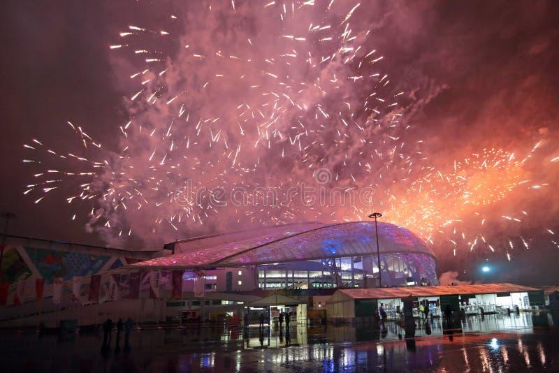 Fuegos artificiales sobre los pescados del estadio imagen de archivo