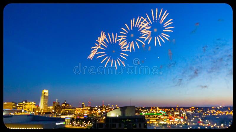 Fuegos artificiales sobre Omaha Nebraska céntrico en la noche fotos de archivo libres de regalías