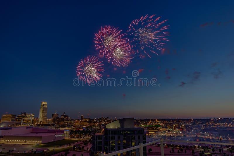 Fuegos artificiales sobre Omaha Nebraska céntrico en la noche fotografía de archivo libre de regalías
