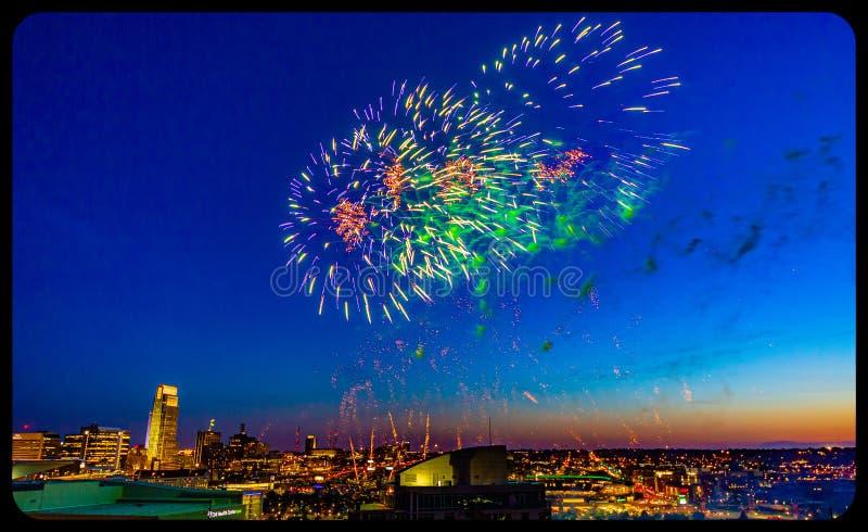 Fuegos artificiales sobre Omaha Nebraska céntrico en la noche imagen de archivo libre de regalías