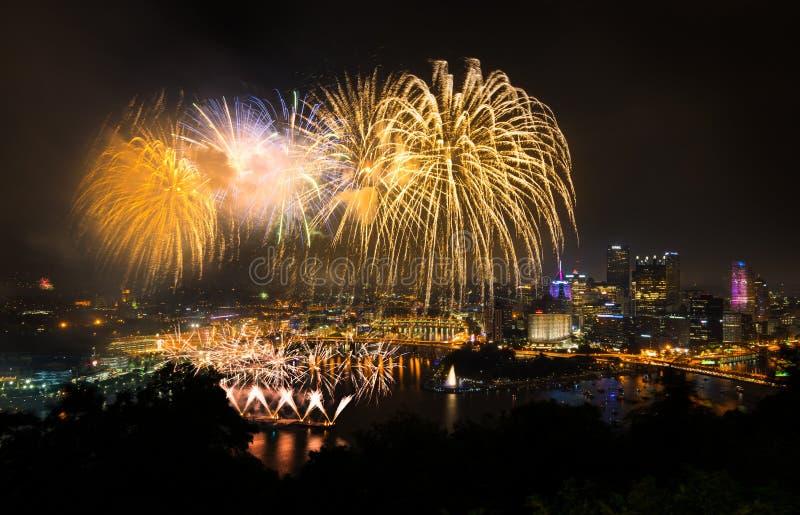 Fuegos artificiales sobre Pittsburgh para el Día de la Independencia imagen de archivo libre de regalías