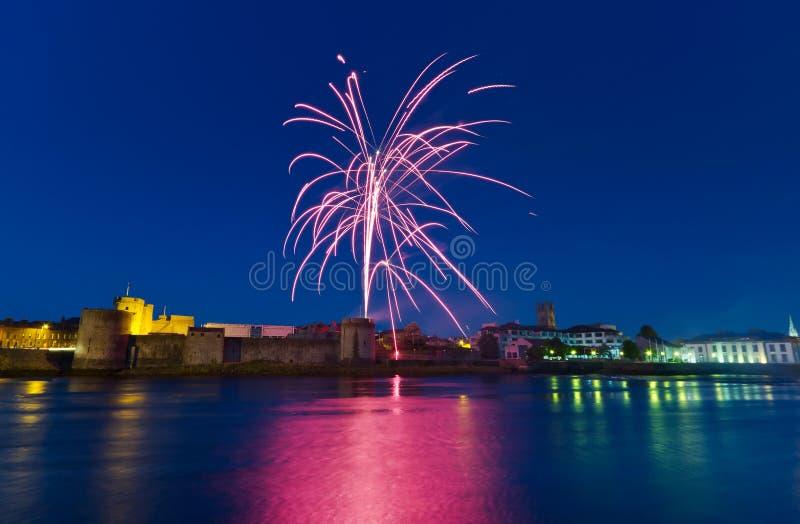 Fuegos artificiales sobre rey Juan Castle foto de archivo