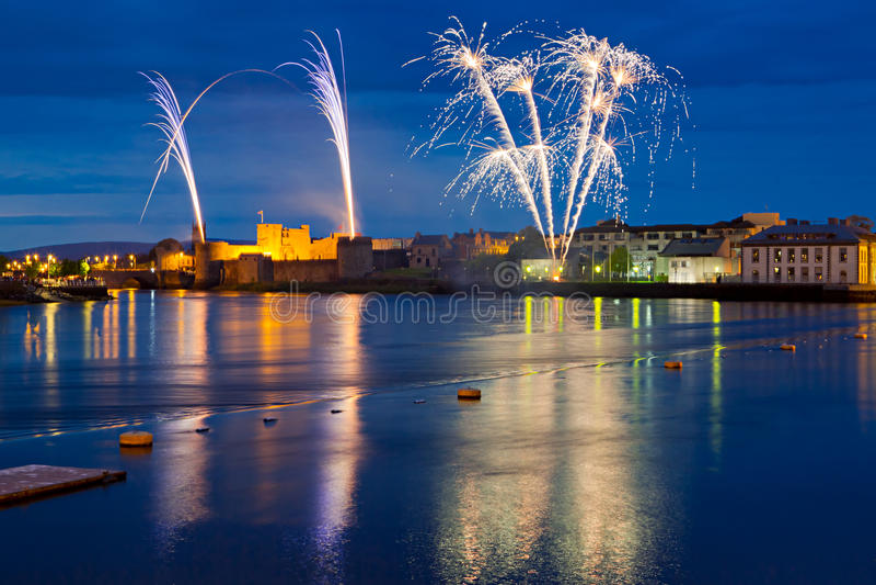 Fuegos artificiales sobre rey Juan Castle en quintilla imagenes de archivo