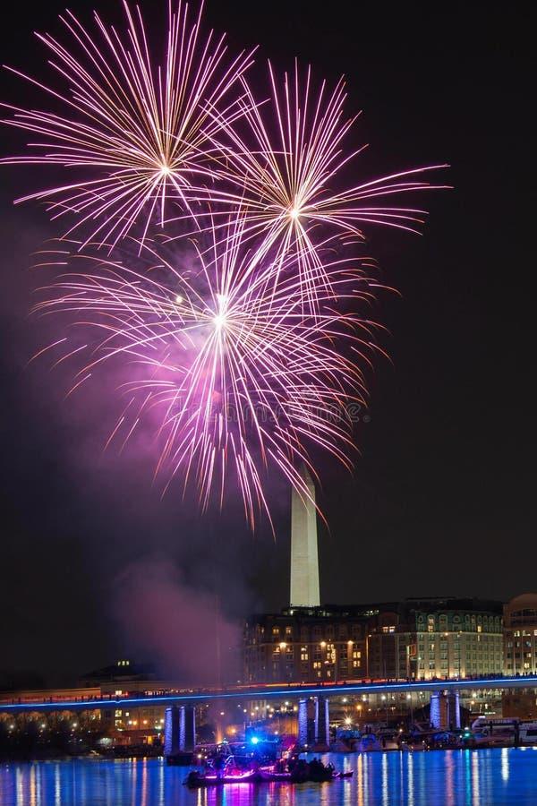 Fuegos artificiales sobre Washington Monument foto de archivo