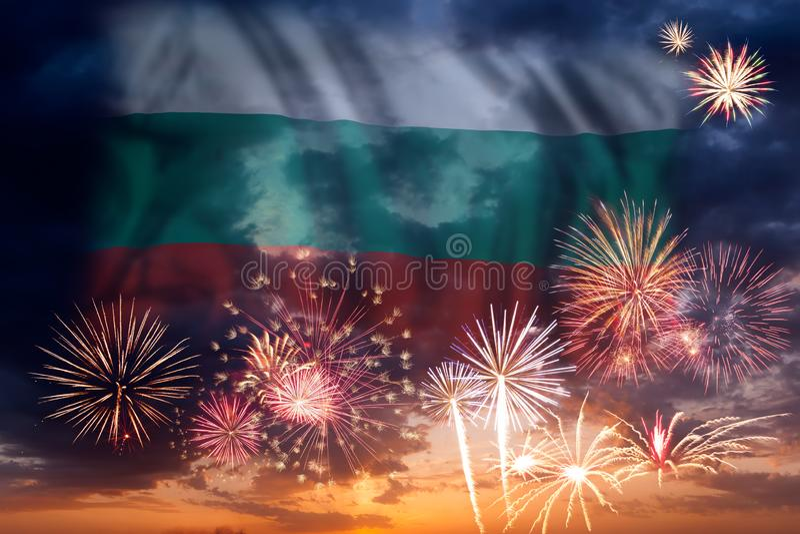 Fuegos artificiales y bandera de Bulgaria stock de ilustración