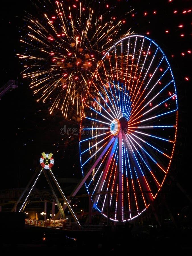 Fuegos artificiales y Ferris Wheel foto de archivo libre de regalías