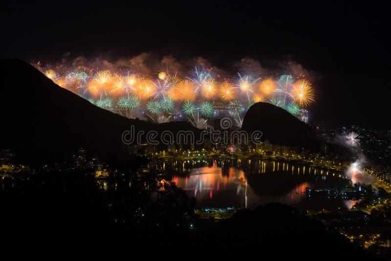 Fuegos en el ` s Eve del Año Nuevo imagen de archivo libre de regalías