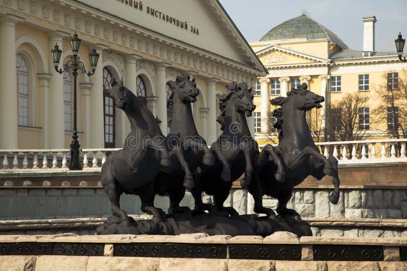 Fuente 'cuatro estaciones de Zurab Tsereteli en Alexander Garden en Moscú imagenes de archivo