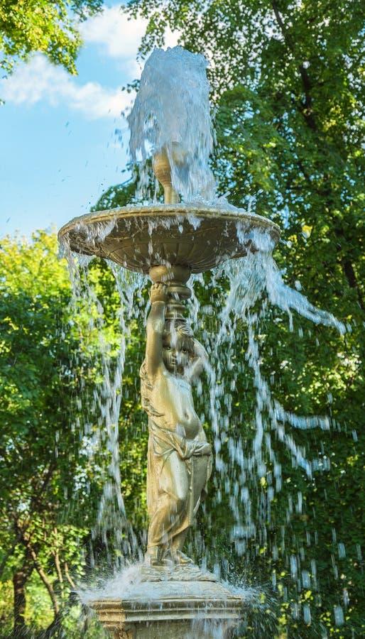Download Fuente imagen de archivo. Imagen de jets, árboles, escultura - 42437099