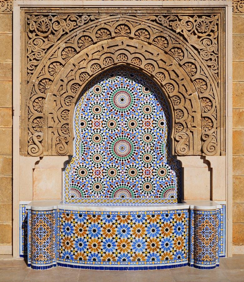 Fuente adornada con las tejas de mosaico en Rabat, Marruecos imágenes de archivo libres de regalías
