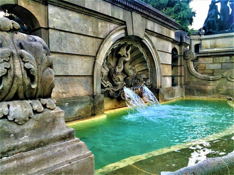Fuente, agua corriente, arte e historia en la ciudad de Barcelona, España fotografía de archivo libre de regalías