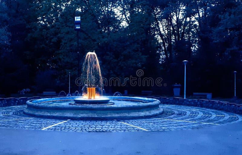 Fuente amarilla en la oscuridad en Sibiu imagenes de archivo
