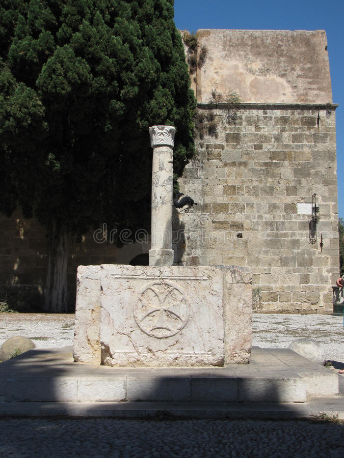 Fuente antigua en la ciudad vieja de Rodas imágenes de archivo libres de regalías
