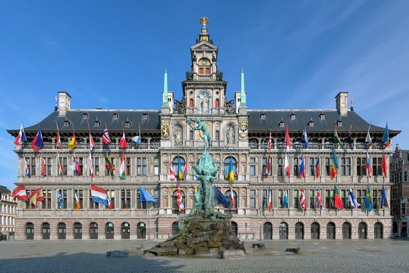 Fuente ayuntamiento y de Brabo de Amberes, Bélgica imágenes de archivo libres de regalías