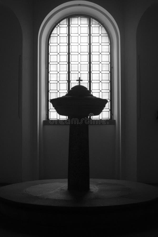 Fuente bautismal en la iglesia católica imágenes de archivo libres de regalías