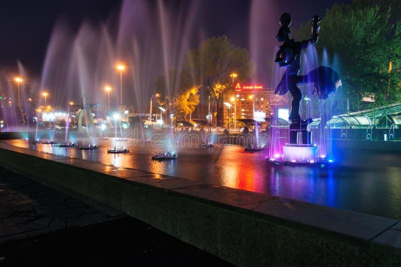 Fuente cerca del circo en Almaty imagenes de archivo