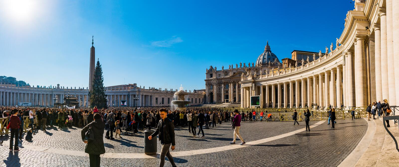 Fuente cerca del palacio apostólico en la Ciudad del Vaticano imagenes de archivo