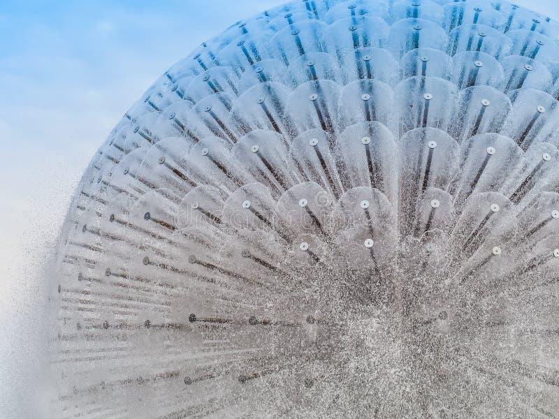 Fuente circular hermosa en fondo del cielo azul imagenes de archivo
