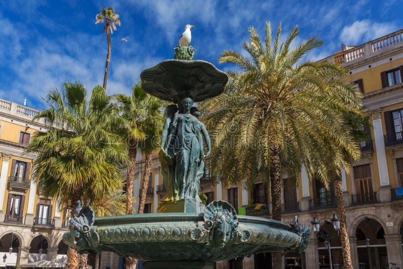 Fuente clásica de las tres tolerancias en Placa Reial en Barcelona foto de archivo