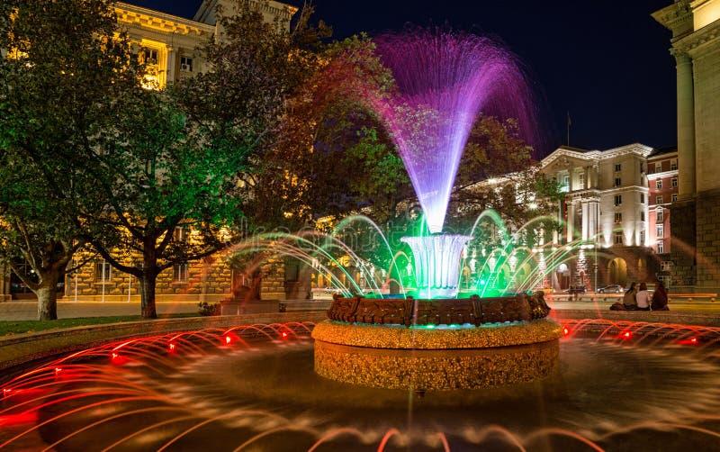 Fuente coloreada en Sofía, Bulgaria foto de archivo