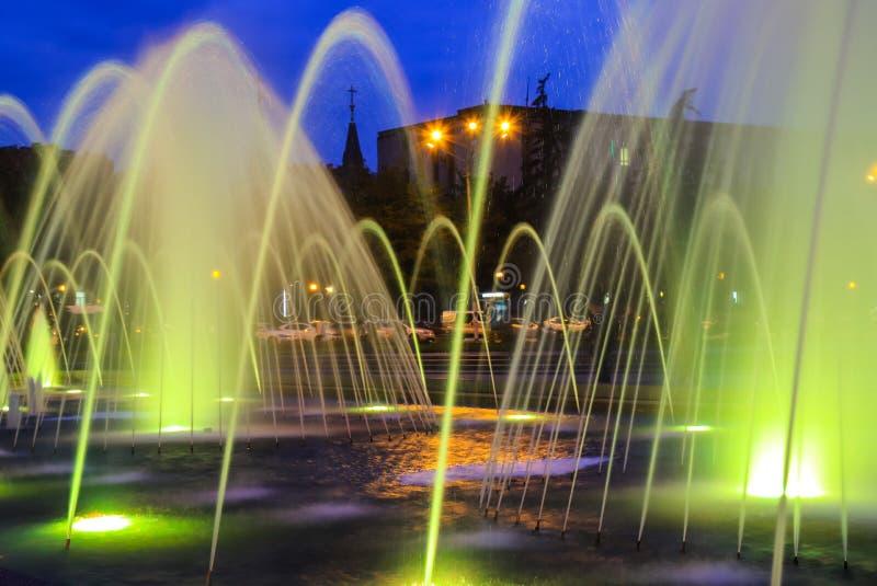Fuente coloreada grande pintoresca, hermosa en la noche, ciudad Dnepr Opinión de la tarde de Dnepropetrovsk, Ucrania fotografía de archivo