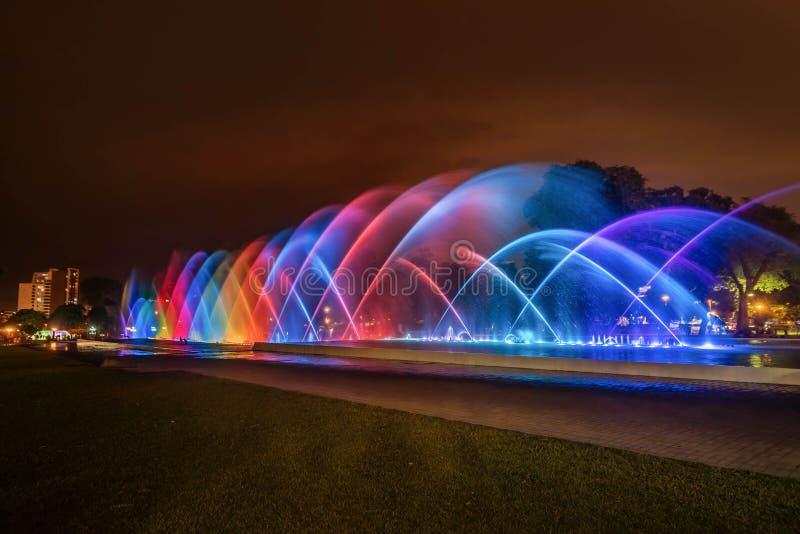 Fuente colorida en la noche en el parque de la reserva en Lima, P imagenes de archivo