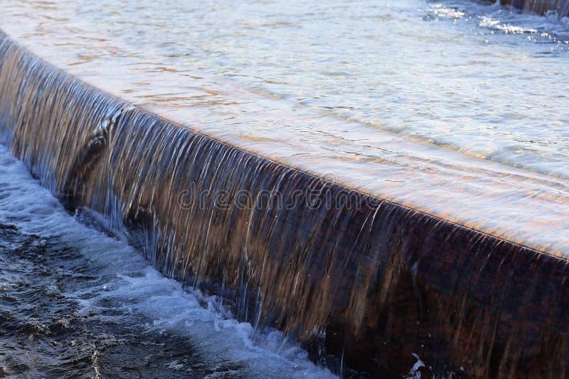 Fuente con agua que cae imagenes de archivo